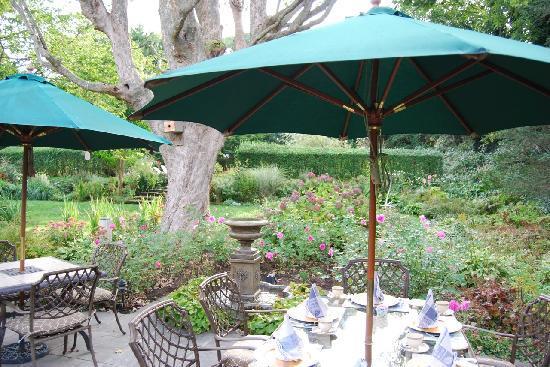 A Butler's Manor : Breakfast in the garden