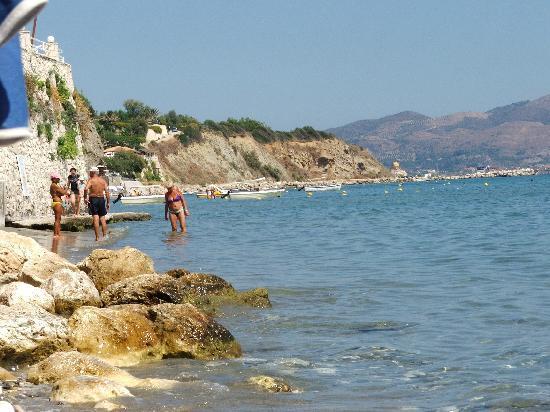 Agios Sostis, Griechenland: beach very narrow access not easy