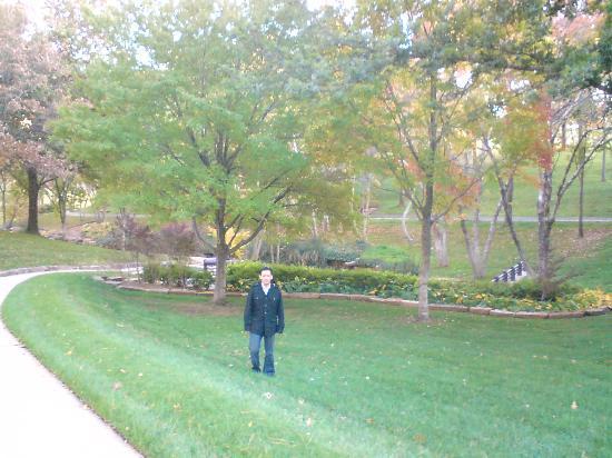DoubleTree by Hilton Hotel Tulsa - Warren Place: Jardines anexos al complejo Warren