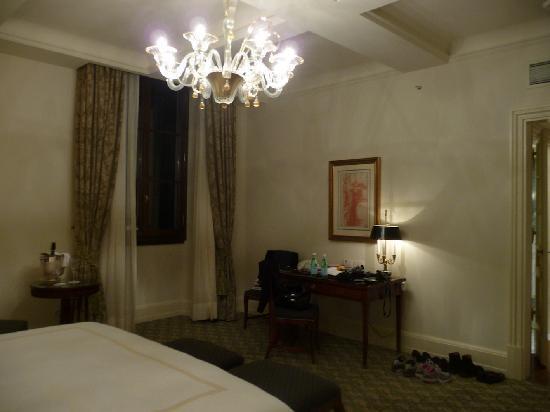 Four Seasons Hotel Firenze: Camera da letto fotografata dal letto