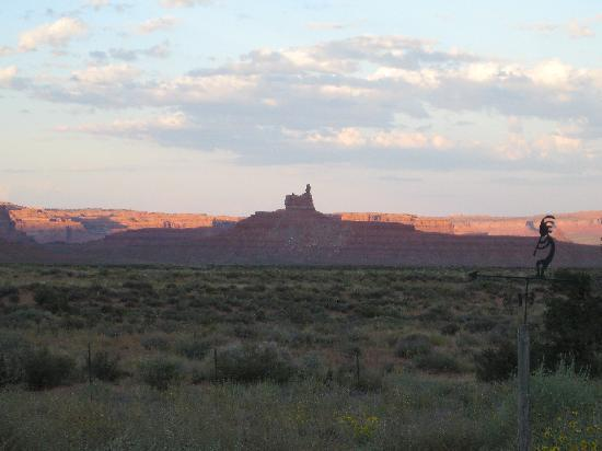 Valley of the Gods Bed and Breakfast: Sunset from porch