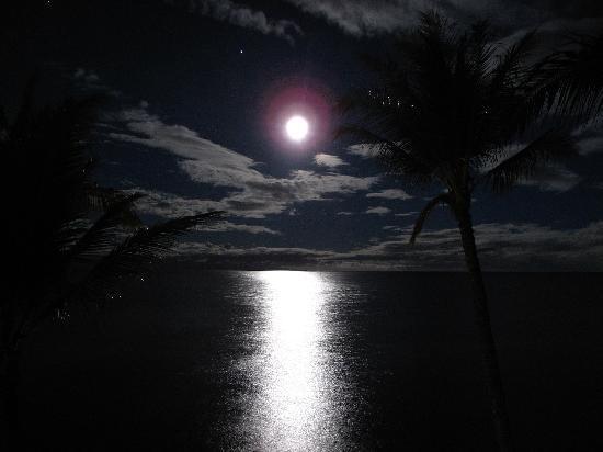Aston Mahana at Kaanapali: Moonset at 5am