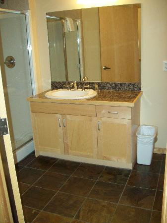 Sunset Resorts Canmore: Second Bathroom