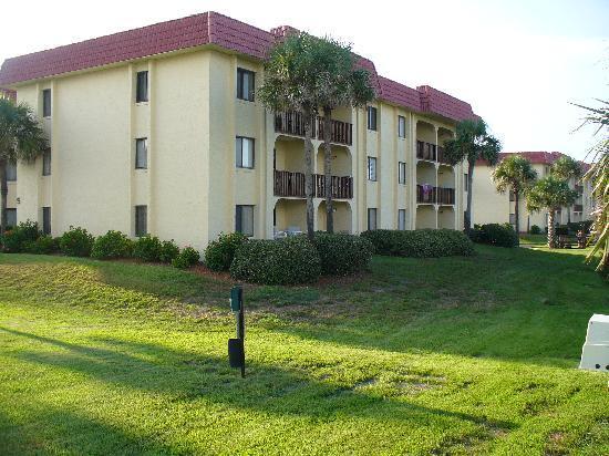 St. Augustine Ocean & Racquet Resort: condo from walkway