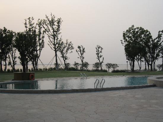 Fairmont Yangcheng Lake : outdoor swimming pool