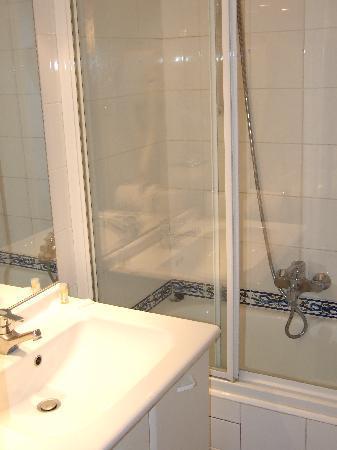 Hotel des Grandes Ecoles: Bagno con vasca