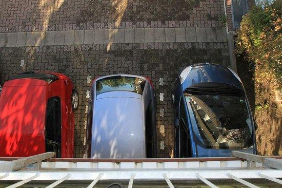 Büsum, Alemanha:                   Unmöglicher Parkplatz. Wie soll man da aus- oder einsteigen?