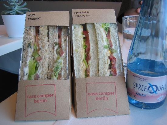 Casa Camper Berlin: Sandviches de elaboración propia que éstaban disponibles en cualquier momento