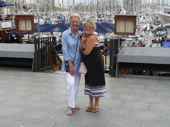 Hotel Constanza Barcelona: The girls down at the Port