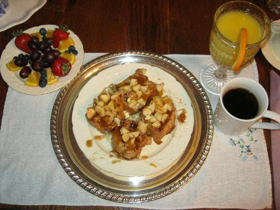 Abigail's Grape Leaf Bed & Breakfast, LLC: Their signature breakfast - Caramel apple french toast