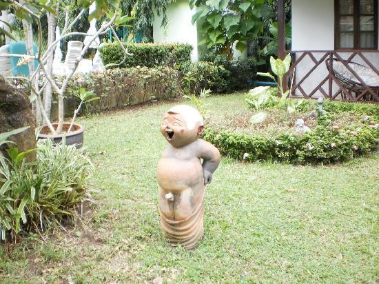 Eden Bungalow Resort: little statue in the garden
