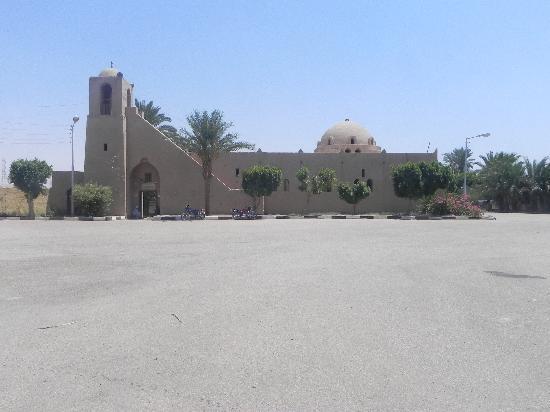 Qurna Village: Zentrum und Moschee von New Gourna