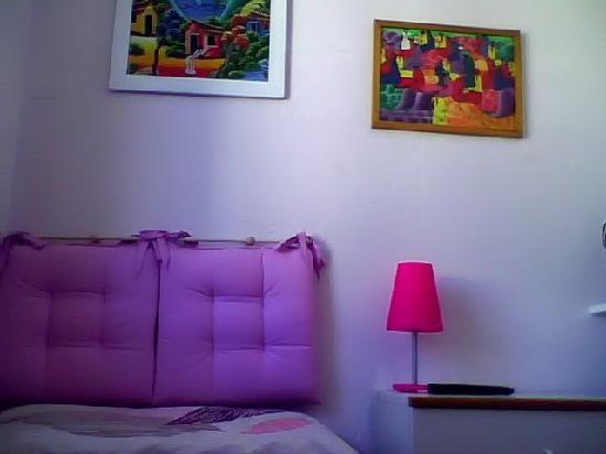 A Casa Di Chiara: camera singola bianca e rosa