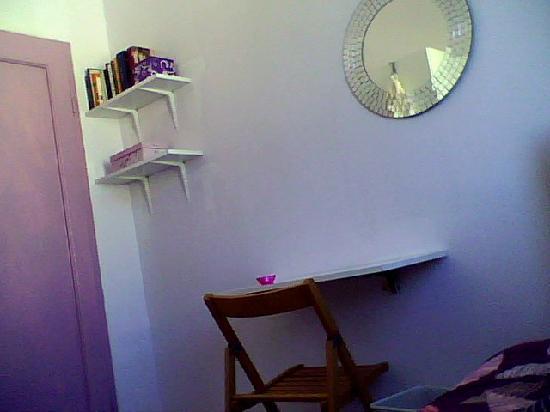 A Casa Di Chiara: camera bianca-rosa