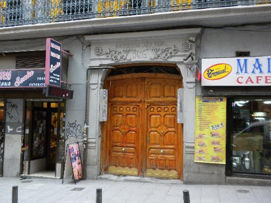 Hostal La Fontana: Entrada del Hostal.