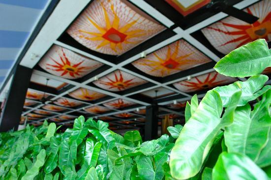 Cinnamon Citadel Kandy: restaurant ceiling