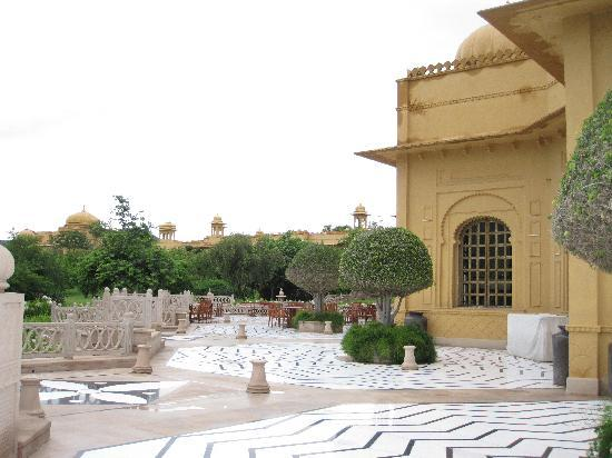 The Oberoi Udaivilas: outside the lobby