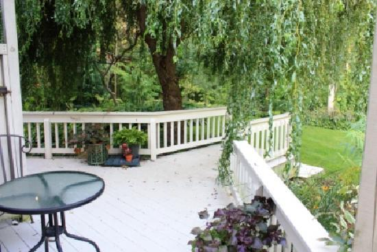 Applewood Hollow Bed and Breakfast: Our own private deck to relax