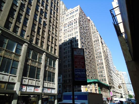 Manhattan Broadway Hotel: This is teh street where broadway hotel is located