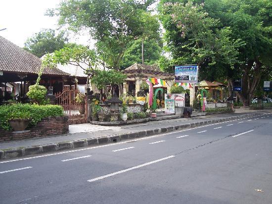 Laghawa Beach Inn: Street view