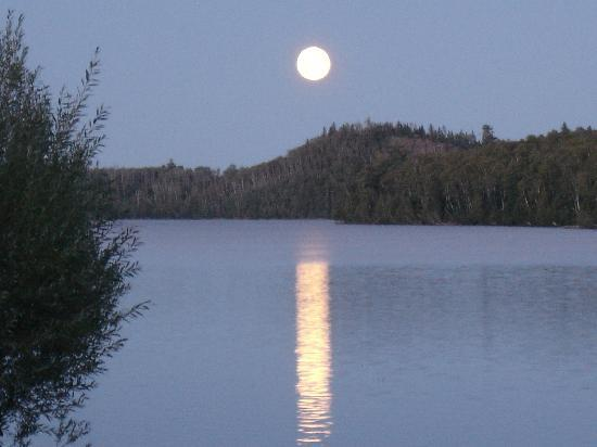 Hungry Jack Lodge & Campground: Moon over Hungry Jack Lake