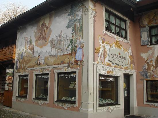 Oberammergau, Tyskland: On small house with paint