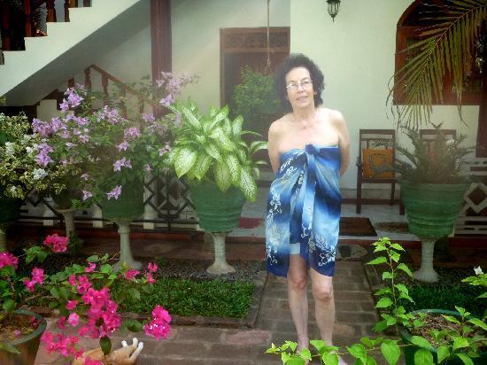 SANKAREST Villa: Meine Mutter im Garten