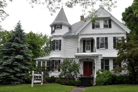 Lang House on Main Street Bed and Breakfast: Hotel from street - curb appeal