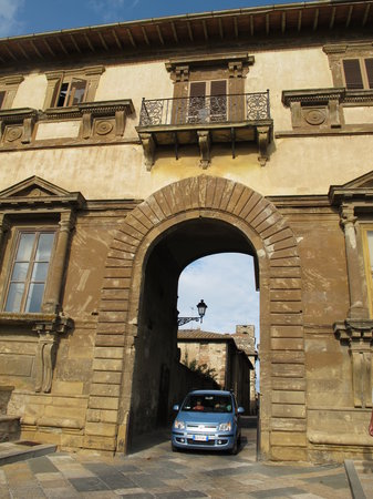 Colle di Val d'Elsa, Italia: Going into the old town