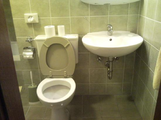 Neuner: Tight bathroom