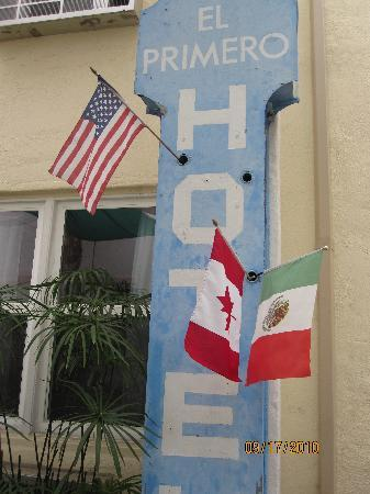 El Primero Boutique Bed & Breakfast Hotel: Cute Detail the person in charge put for us!! 2 Flags Together.