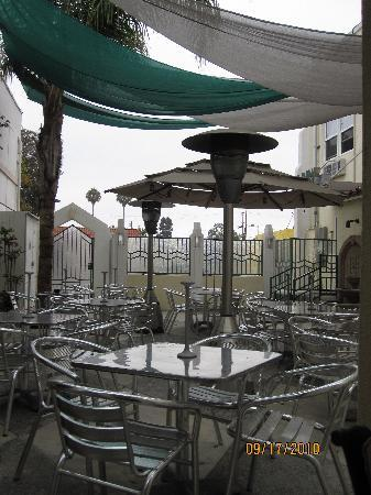 El Primero Boutique Bed & Breakfast Hotel: Patio look at the morning.