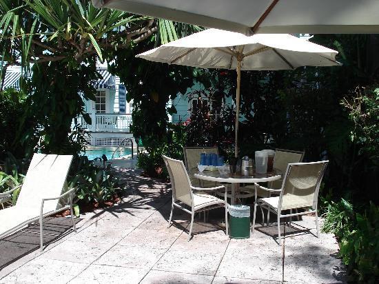 Marquesa Hotel: iced tea, lemon, water, ice available poolside