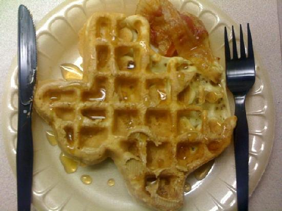‪كومفرت إن: Waffles in the shape of Texas. Awesome!‬