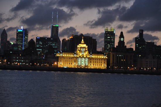 Shanghaiansk, Kina: Looking across the river at the Bund from Pudong