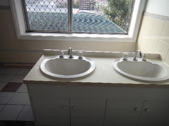 Narrara Backpackers: bathroom is clean