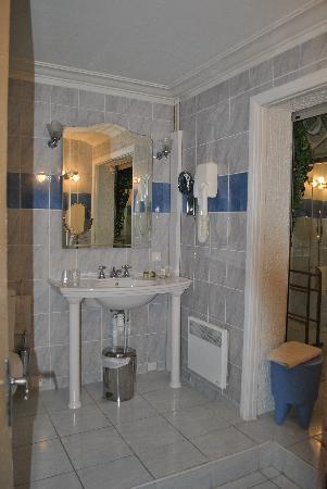Hotel Les Pasteliers : Large bathroom