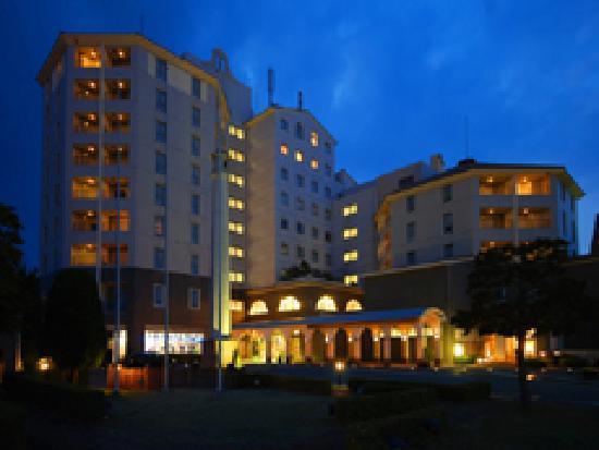 Nagasaki International Hotel : 夜のホテルの外観。けっこう目立ちます。
