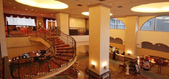 Nagasaki International Hotel : ゆったりと開放的で雰囲気のあるロビーです。