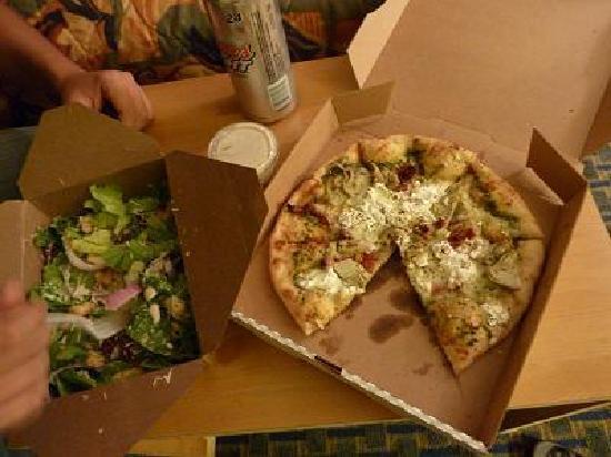 Fratellis Pizza : テイクアウトしたピザとサラダ