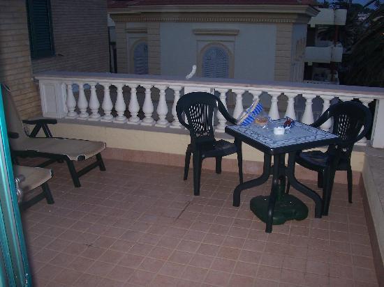 Villino Gregoraci Relais: Der Balkon - rechts ist das Meer