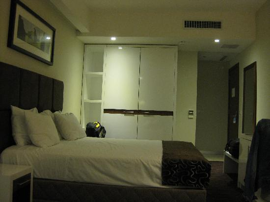 The George Hotel: Hotel Room (view 2)