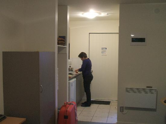 La Rochelle Motel: need a bit of space here , kitchen is too close to the door..otherwise it was clean