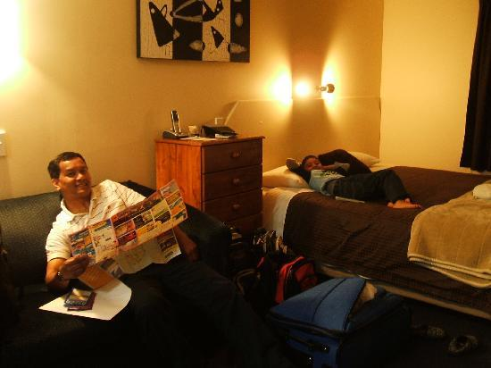 Garden Motel : nice smiles from my boys for comfy room