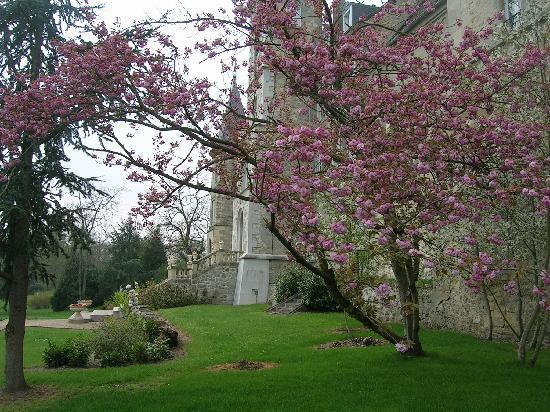 Château de Fère Hôtel & Spa: 八重桜が満開