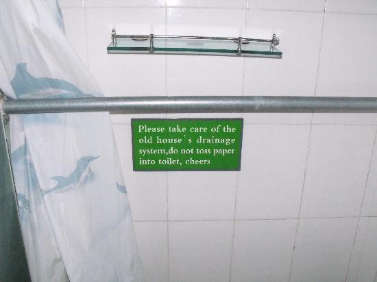 Templeside Hutong Guest House: Hinweis bei der Toilette