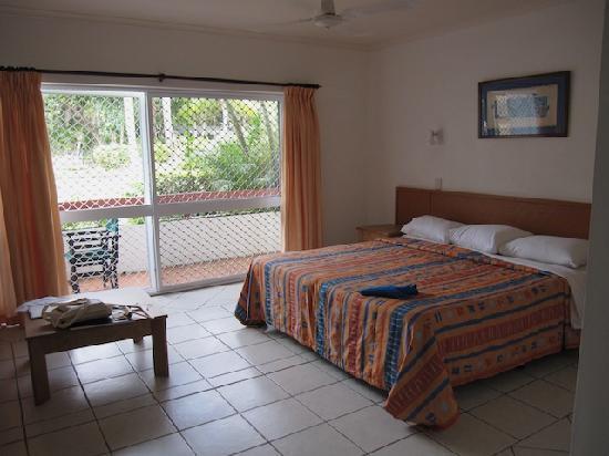 Bedarra Beach Inn: Huge bed, brand new aircon