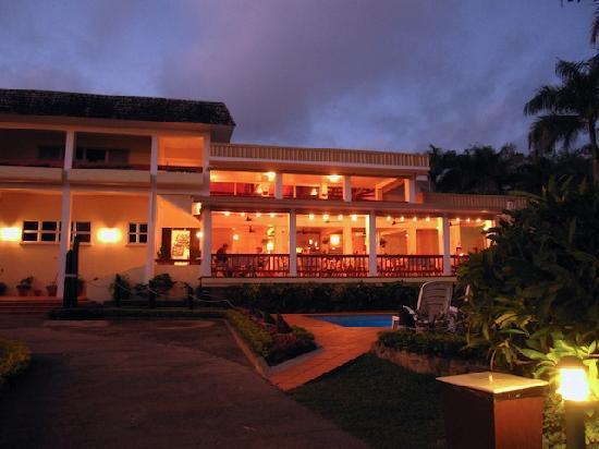 Bedarra Beach Inn: The hotel at night