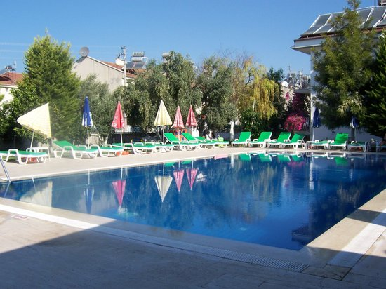 Tugay Hotel: Swimming Pool and Sunbeds