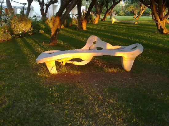 Plaza Resort Hotel : Kunstvolle Liege im Garten